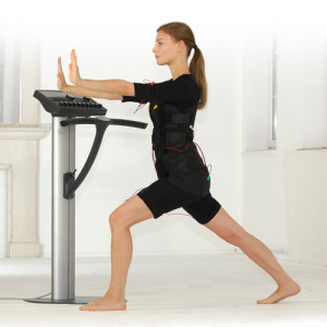 Frau trainiert am miha bodytec